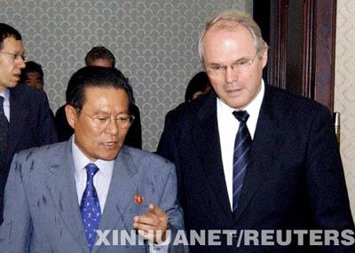 6月21日,朝鲜外务省美洲局局长李根(前左)在首都平壤顺安机场迎接朝核问题六方会谈美国代表团团长、美助理国务卿希尔(前右)。