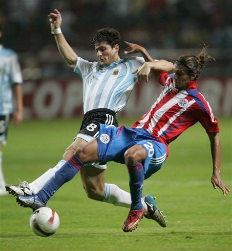 图文:阿根廷VS巴拉圭 萨内蒂与对手肉搏