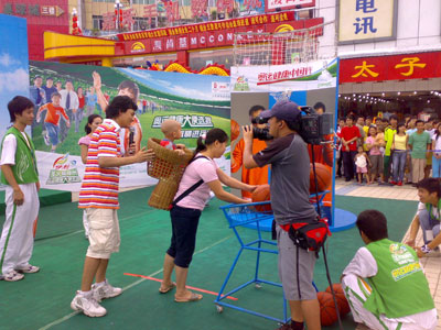 伊利奥运健康中国行广州现场 背孩子参赛