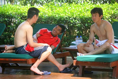 图文:[亚洲杯]国足游泳训练 郑智与李霄鹏