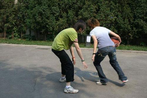 彭坦和李宇春打篮球