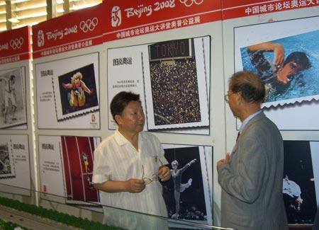 图文:行走的奥普公益展 两位大使重温奥运记忆