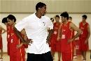 图文:[NBA]篮球无疆界在沪举行 皮蓬观察小球员