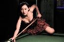 图文:演员杨雪骑上台球桌 低胸装难掩双峰