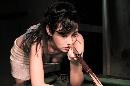 图文:演员杨雪骑上台球桌 用嘴唇安慰球杆