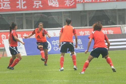 图文:[邀请赛]中国女足备战 曲飞飞射门