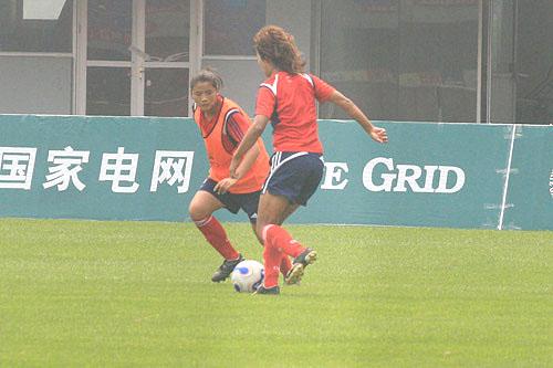 图文:[邀请赛]中国女足备战 韩端带球突破