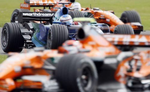 图文:[F1]英国站首次练习 本田被世爵包夹