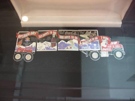 图文:收藏博览会在京开幕 卡车造型的奥运徽章