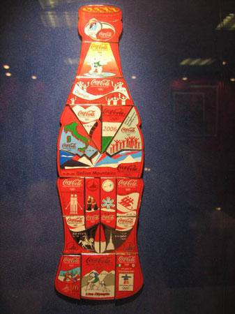 图文:第十三届收藏博览会开幕 可乐瓶造型徽章