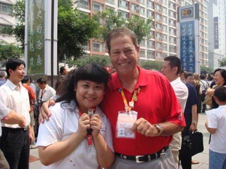 图文:收藏博览会在京开幕 与工作人员展示徽章