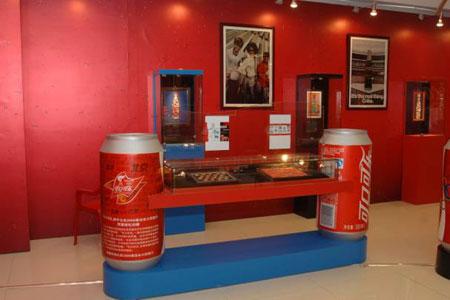 图文:第13届收藏博览会在京开幕 可口可乐展品