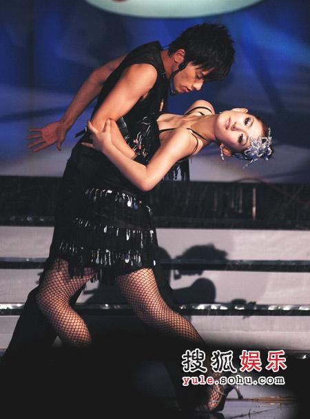 张杰谢娜舞的很投入动情
