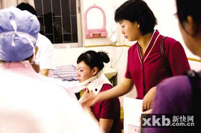乘客在医院检查治疗