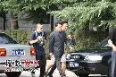 快讯:姜昆西服套装徒步抵达 表情严肃一言不发