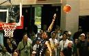 图文:NBA夏季联赛男篮负灰熊 盖伊飞身扣篮脱手