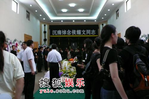 侯耀文灵堂搜狐独家直击 众亲朋齐聚送别