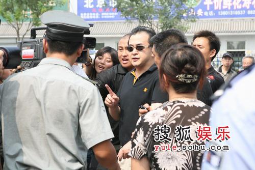 黄宏一身黑衣被众媒体包围