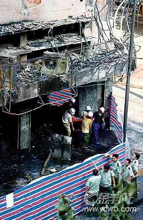 在进步影城大火中受灾的还有一楼的商户。王小明/摄