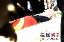 图:侯耀文遗体被抬上灵车 即将前往火化现场