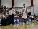 图文:NBA夏季联赛男篮负灰熊 尤纳斯指点阿联