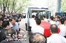 侯耀文追悼会现场 遗体被抬上灵车前往火化现场