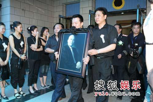 侯耀文追悼会现场 侄子抬着遗像步出灵堂