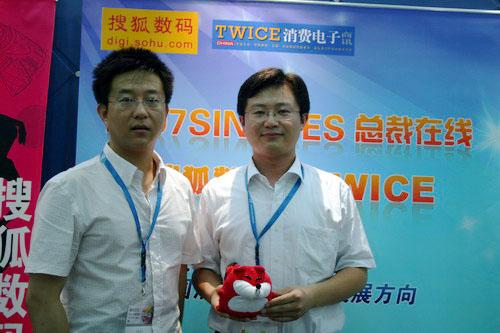 搜狐记者与海信市场部副总监刘继伟先生(右)