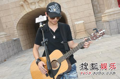 组图:快男开始最后彩排 陈楚生依旧吉他不离手