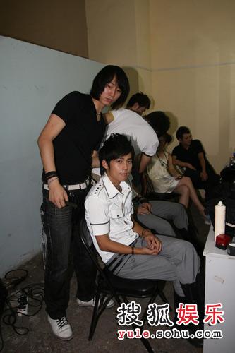图:探秘快男三强化妆间  发型师给苏醒做发型