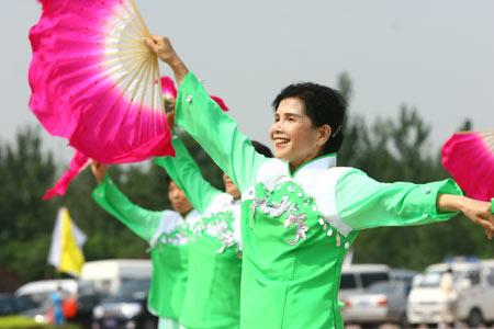 图文:农民运动会健身秧歌比赛 老年人忘我表现