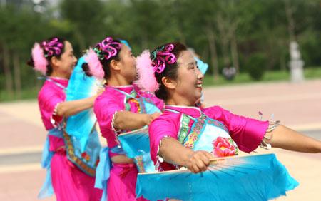 图文:第六届农民运动会健身秧歌比赛 跳的欢快