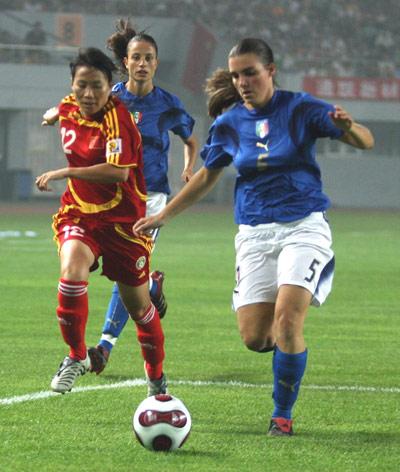图文:[邀请赛]中国VS意大利 谢彩霞积极防守