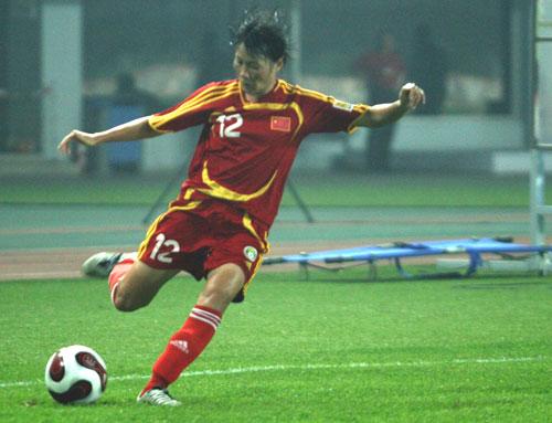 图文:[邀请赛]中国女足VS意大利 谢彩霞边路传中