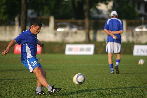 图文:[亚洲杯]乌兹别克备战小组赛 练习定位球