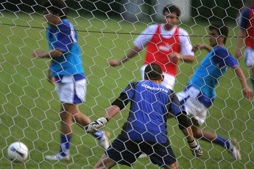 图文:[亚洲杯]乌兹别克备战小组赛 队内对抗赛