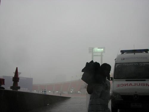 图文:[亚洲杯]开幕式花絮  大雨让曼谷天昏地暗