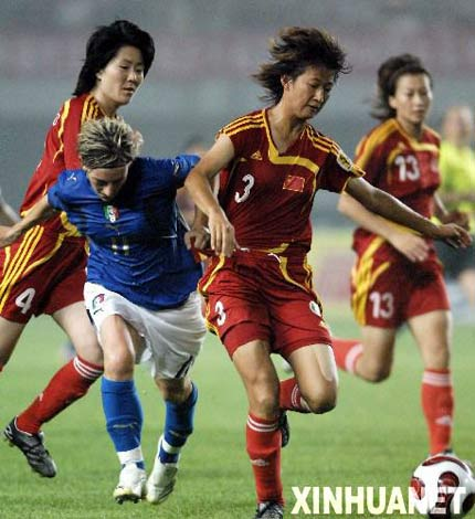 图文:中国女足胜意大利队 中国队王坤护球