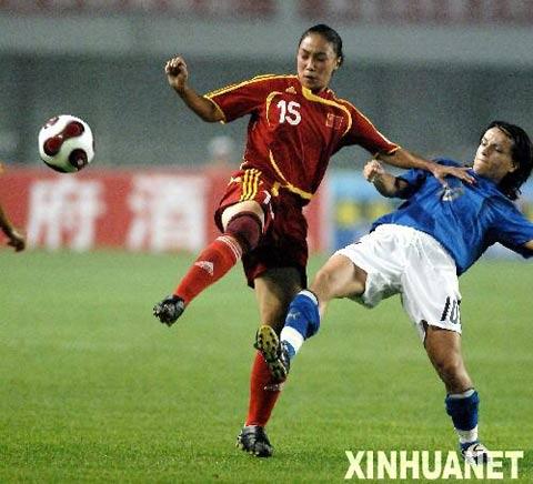图文:中国女足胜意大利队 曲飞飞与对手拼抢