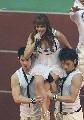 图文:[亚洲杯]开幕式塔塔扬放歌 帅哥肩扛手拉
