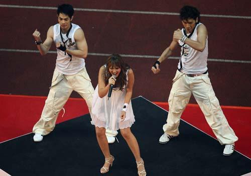 图文:[亚洲杯]开幕式塔塔扬放歌 激情演唱