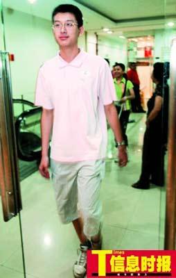 今年的广州高考单科状元王书元正在走进香港大学面试考场。
