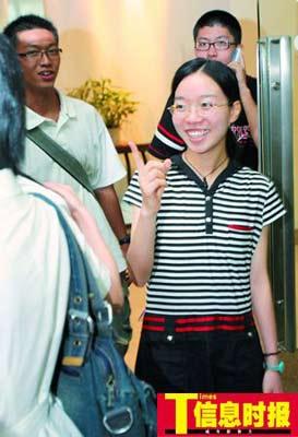 近日,一名在广州参加香港大学面试之后的女考生对自己的表现十分满意,一脸笑容的和在外面的人打招呼。
