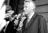 法国前总理德维尔潘在位于巴黎的办公室被搜查后回答记者提问。