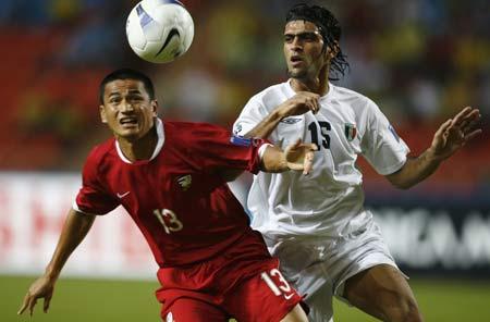 图文:[亚洲杯]泰国VS伊拉克  双方积极拼抢