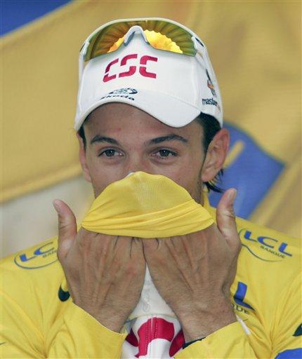 图文:[环法]首日大赛揭幕 坎塞拉拉亲吻黄衫