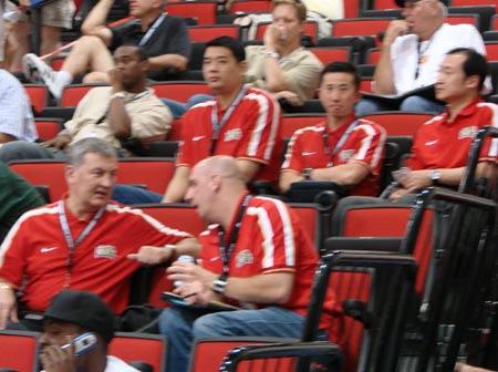 图文:中国教练组观夏季联赛 尤纳斯与助教攀谈