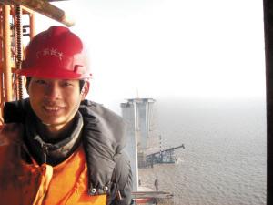 还在成都学校里参加考试的吕祖军,昨天给我们发来了他的照片。2007年年初,他在杭州湾跨海大桥参加社会实践活动,担任2标段施工测控的工作,照片就是在工地拍摄的。