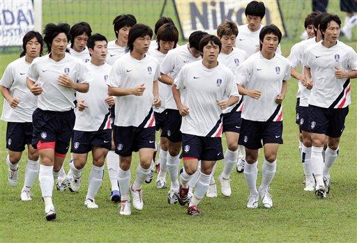 图文:[亚洲杯]韩国印尼首训 众将慢跑热身