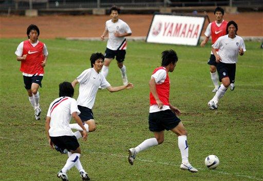 图文:[亚洲杯]韩国印尼首训 分组对抗训练